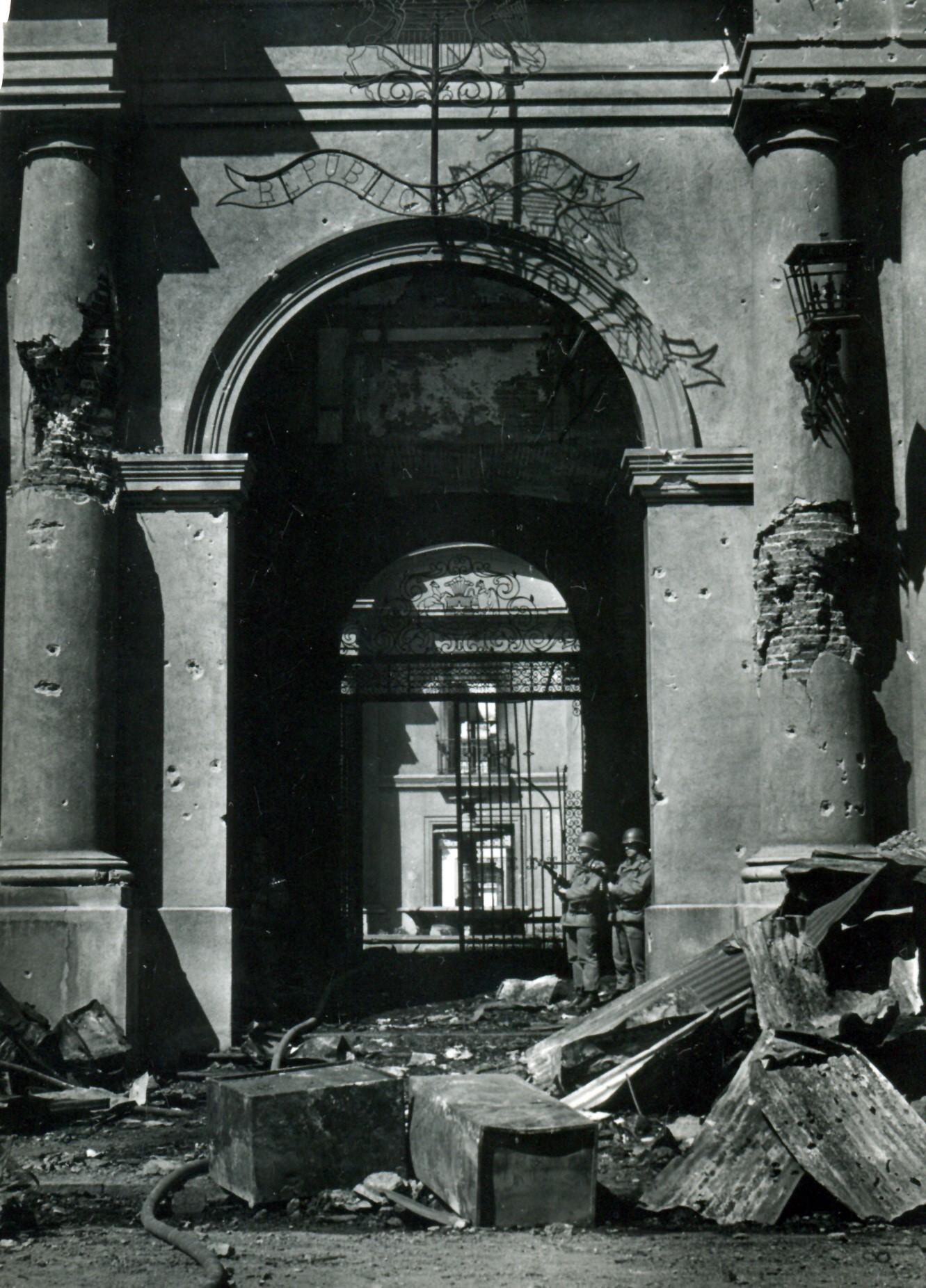El miércoles 12, temprano en la mañana, lo que quedó de La Moneda. Foto de Hernán Farías