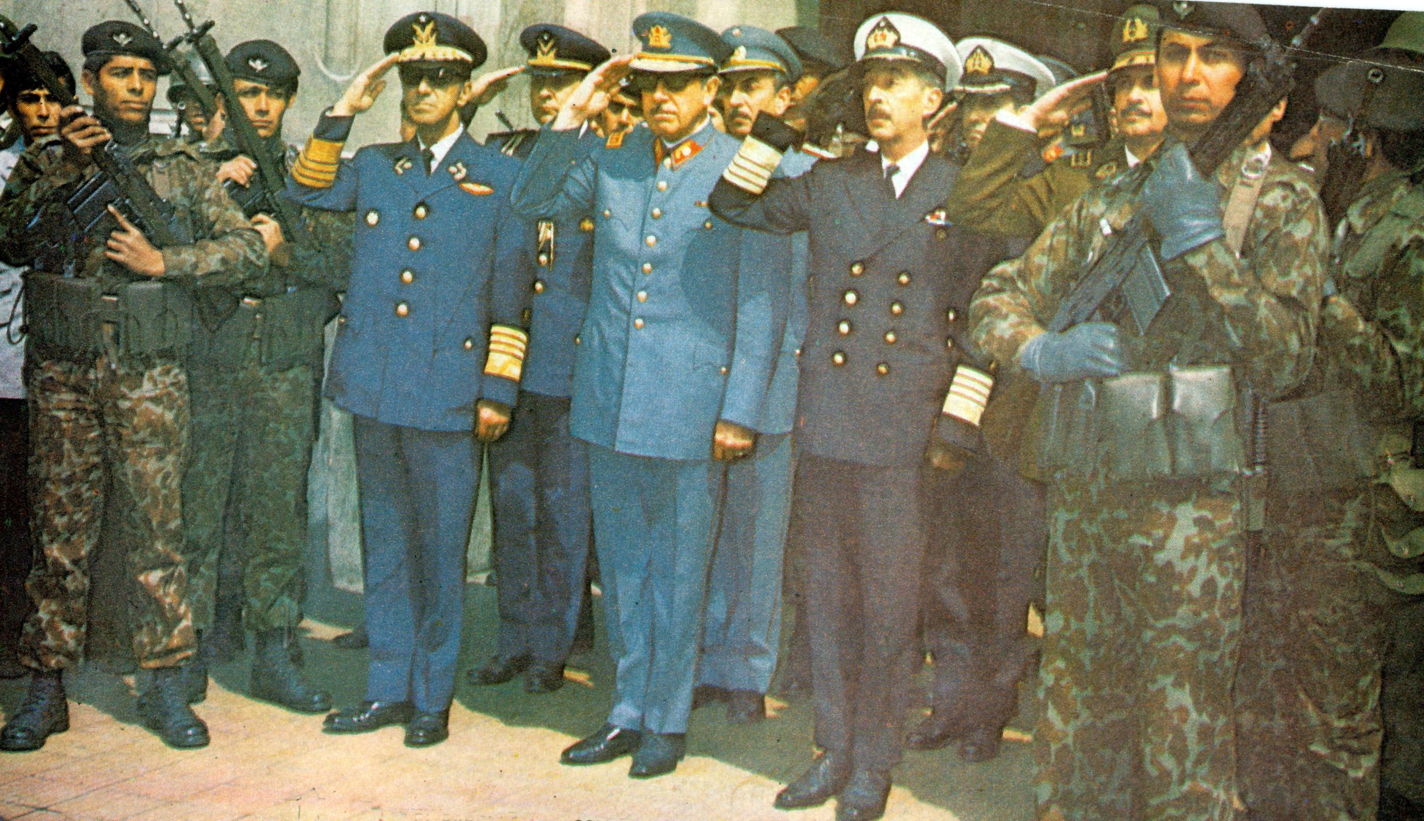 La Junta Militar a la salida del te deum efectuado en la gratitud nacional. Foto de Chas Garretsen