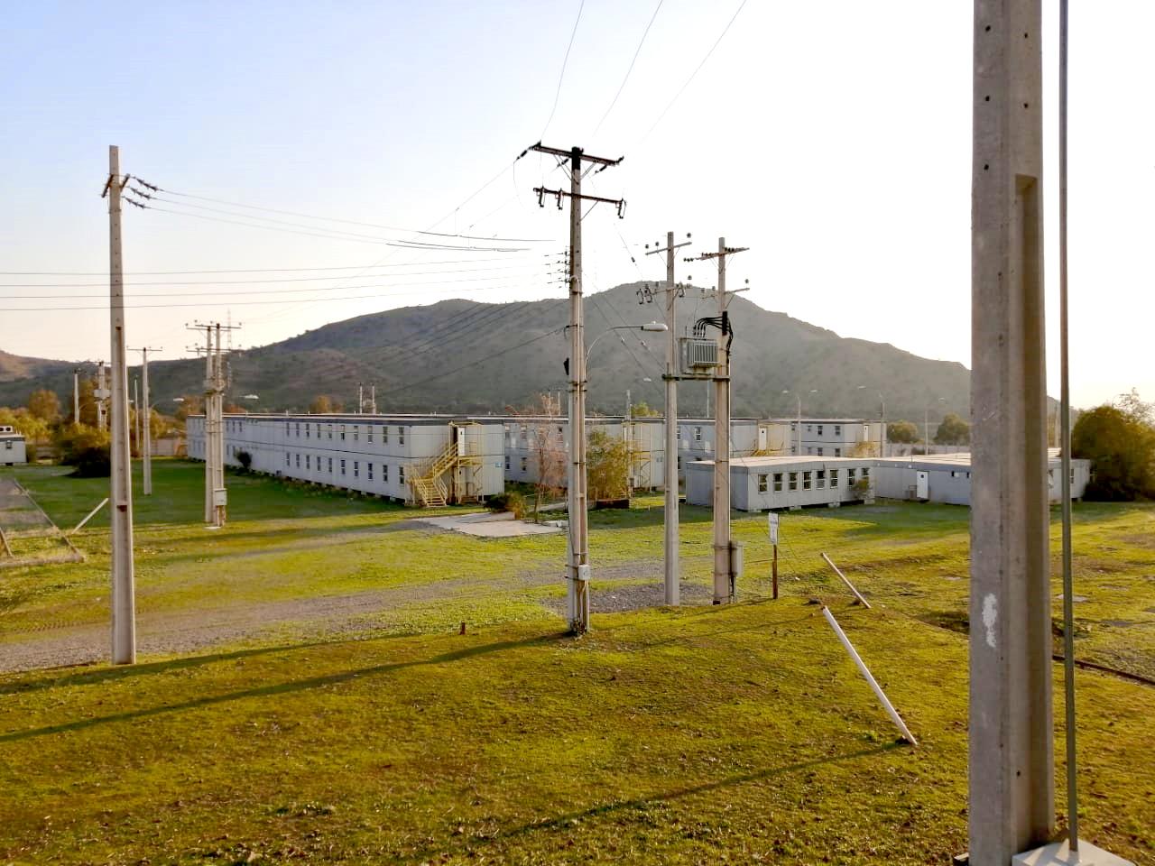 Estructuras modulares donadas por Anglo American, donde alojaba personal que trabajó en el desarrollo de la mina Los Bronces. Foto: Nicolás Massai D.