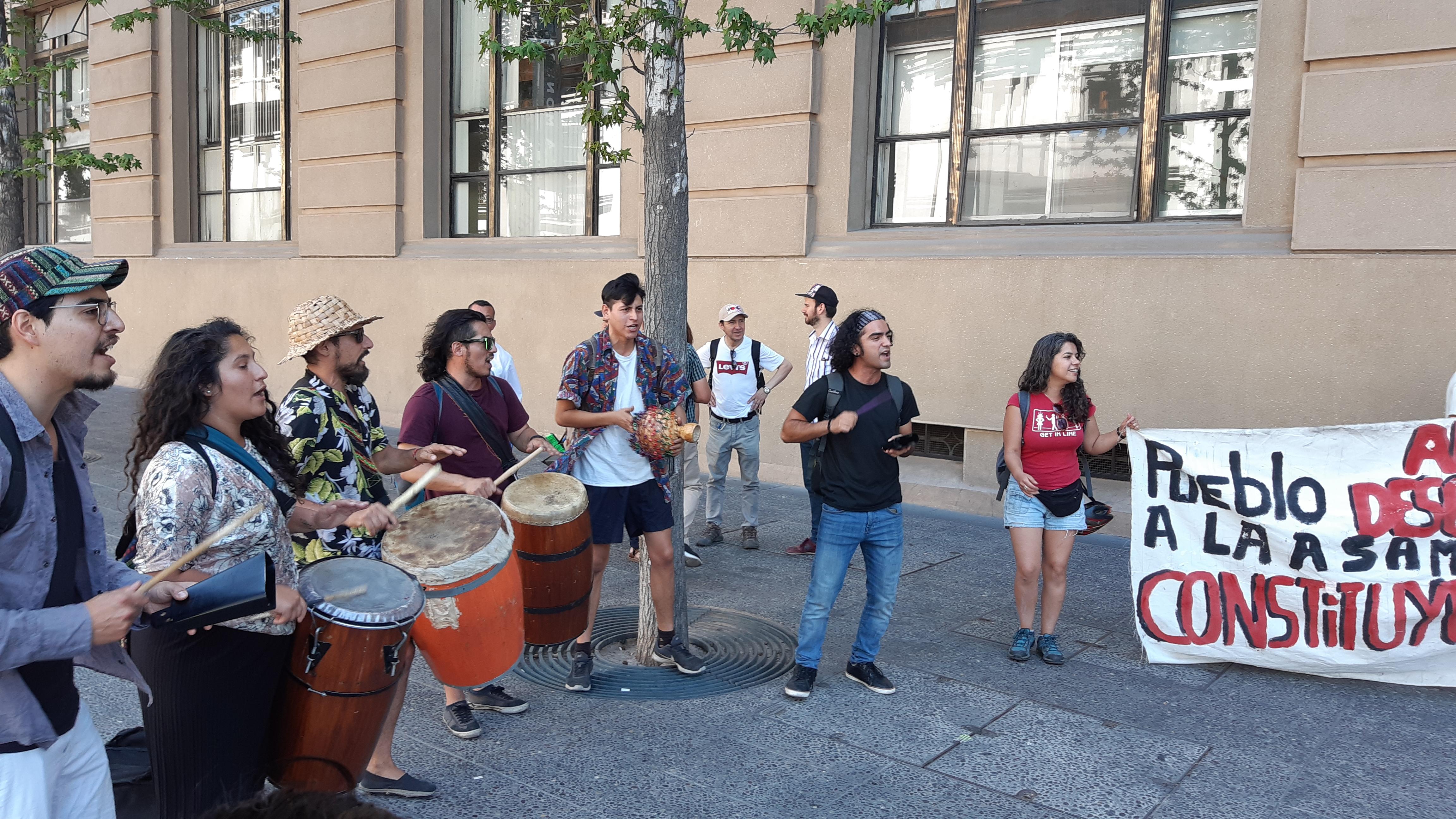 Tumbe carnaval en las afueras de La Moneda. Fotografía Daniel Domingo
