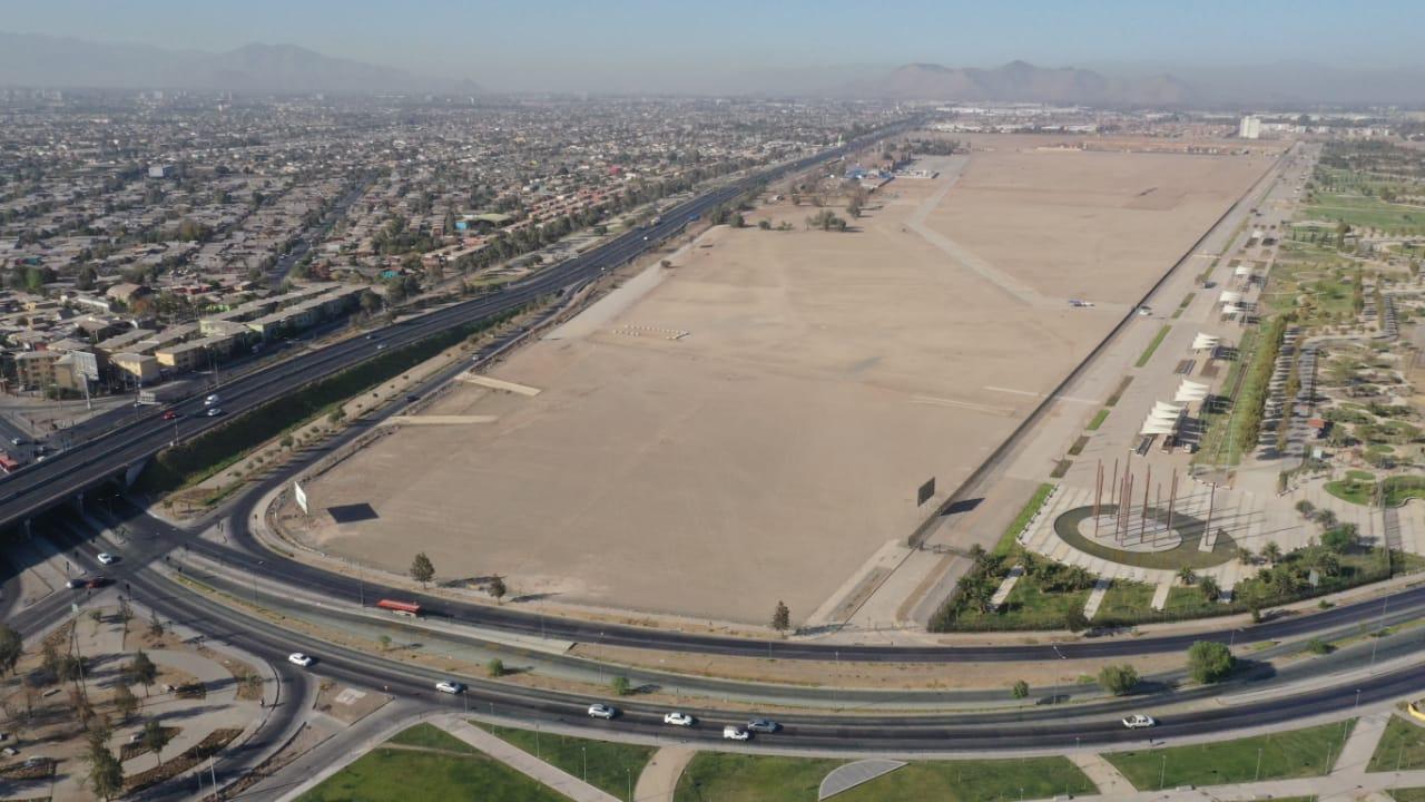 Foto aérea difundida por el Minsal el 15 de marzo, cuando se anunció el hospital modular en este sitio. En la imagen se pueden apreciar las distintas estructuras estaban antes del anuncio. Foto: Minsal