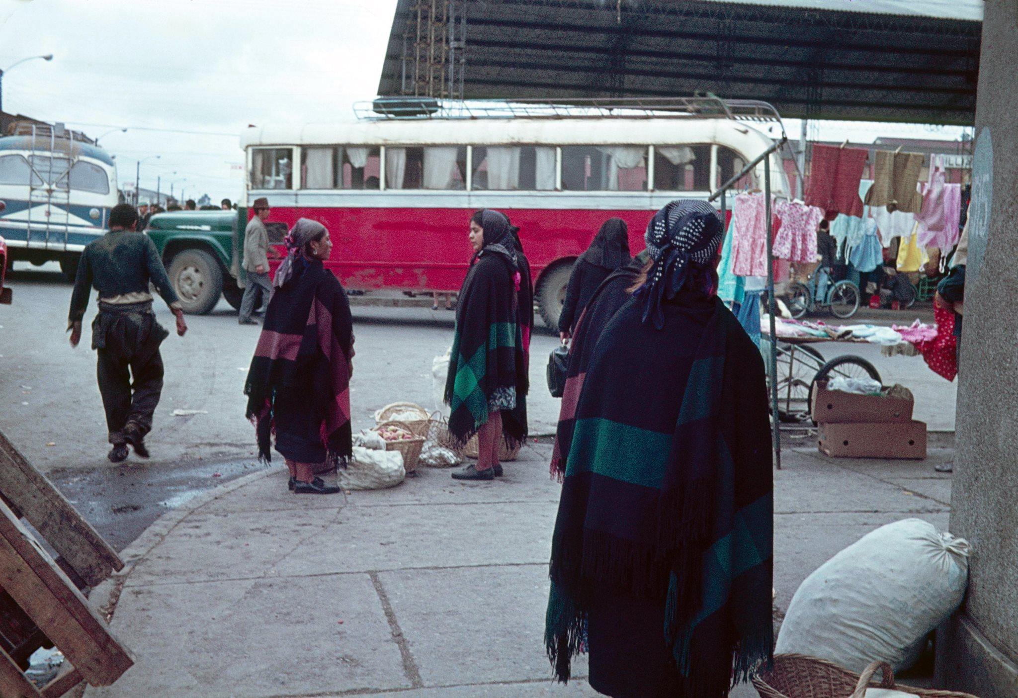 Vendedoras mapuche en Feria Pinto de Temuco, año 1969. @FotosHistóricasdeChile