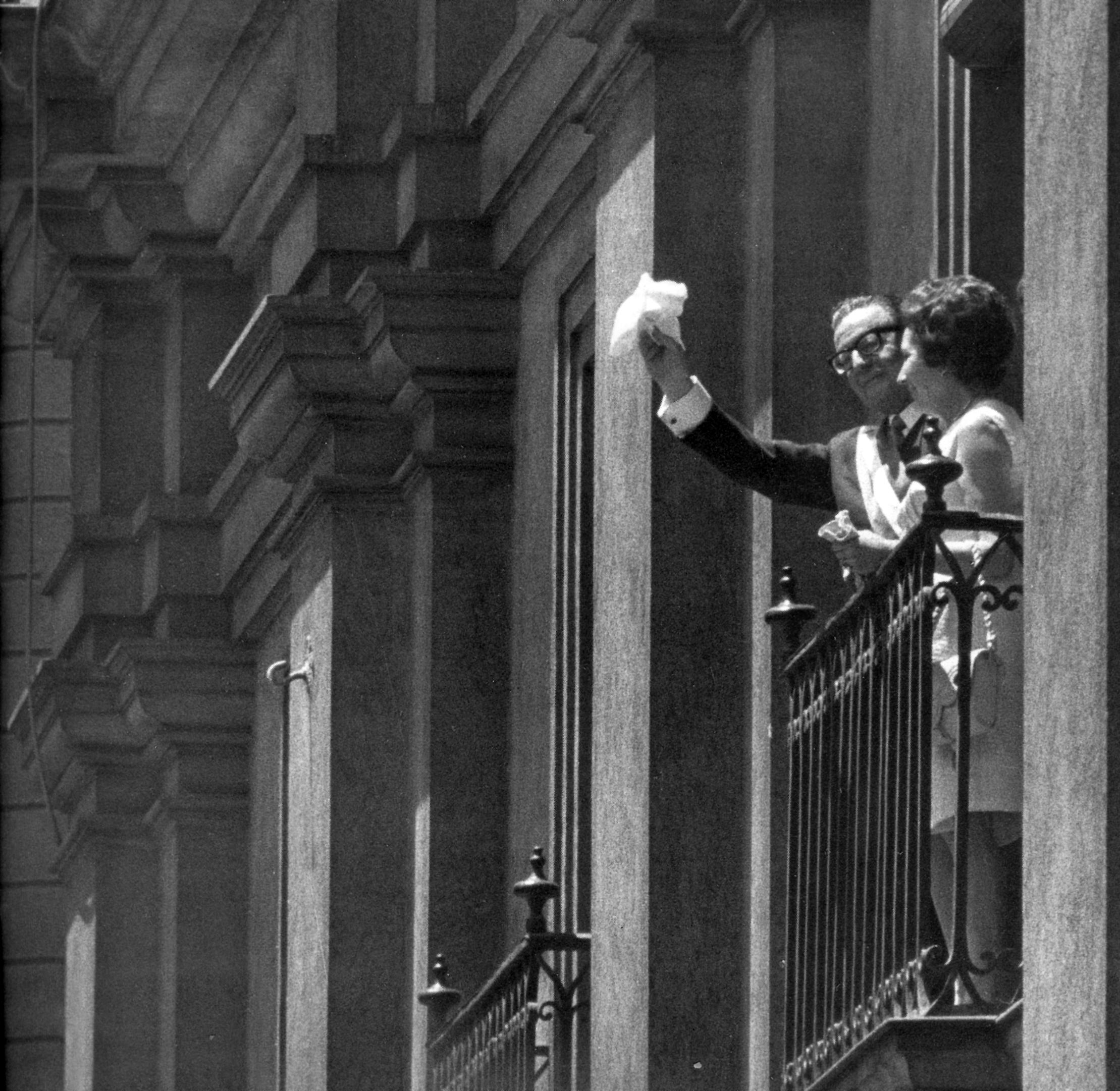 Allende y Tencha en su primer saludo desde un balcón de La Moneda.