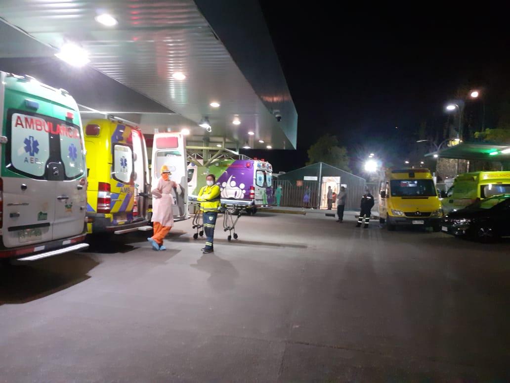 Ambulancias con pacientes en el interior. Hospital San José la noche del sábado.