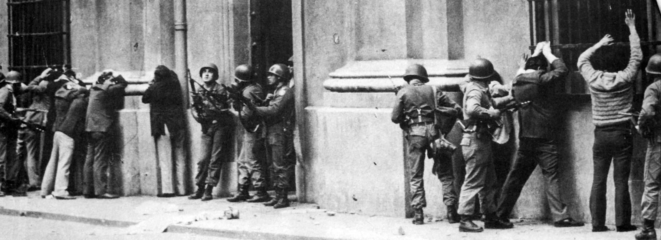 Arrestados en calle Morandé