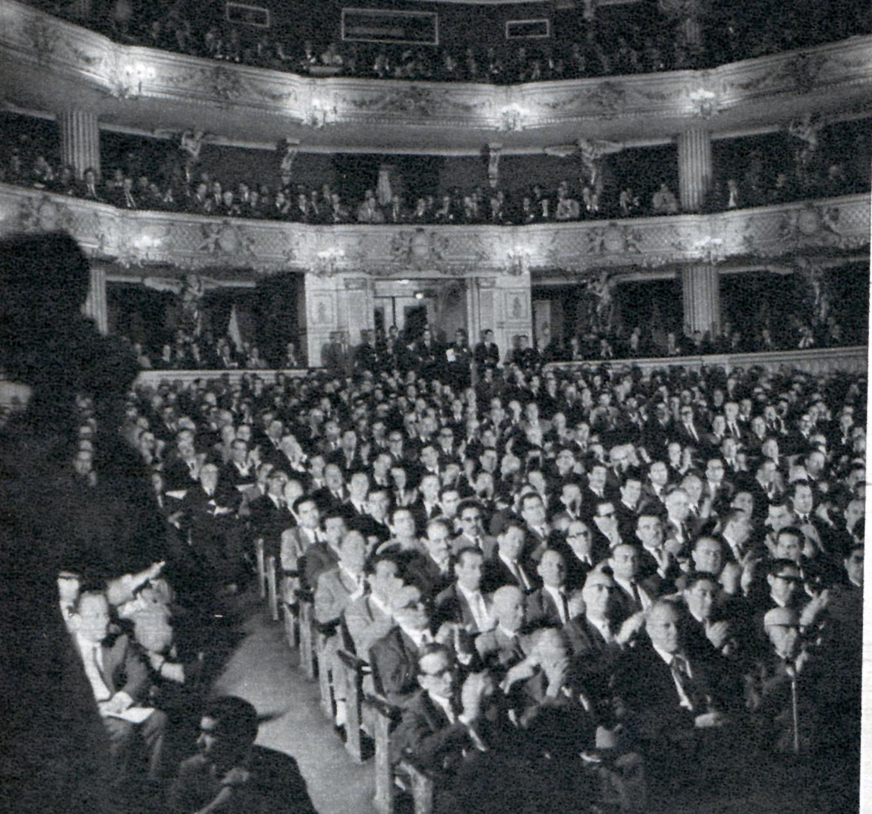 Asamblea empresarial en el Teatro Municipal a mediados de los años 60