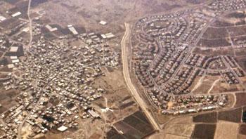 Foto aérea: izquierda poblado palestino, derecha asentamiento israelí