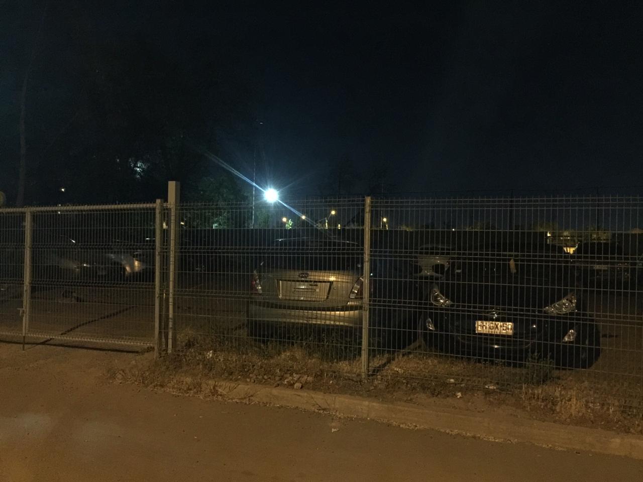 Uno de los tres autos sin patente que este medio observó en el estacionamiento de la 51° Comisaría de Pedro Aguirre Cerda. Foto: Interferencia