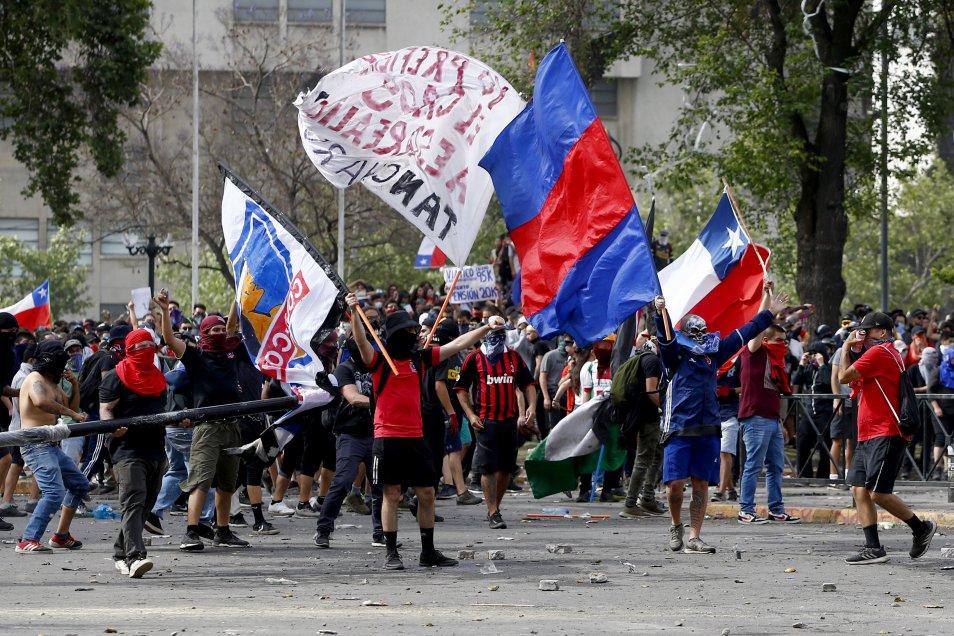 Barristas de ambos equipos en la 'Plaza de la Dignidad'. (AtonChile)