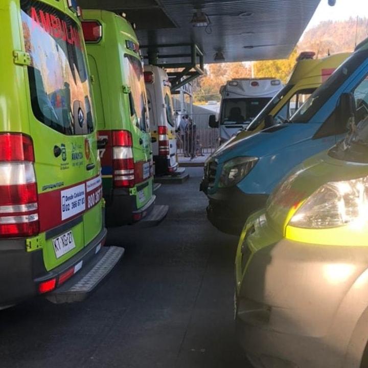 Ambulancias en el Hospital San José durante la tarde del lunes 5 de mayo.