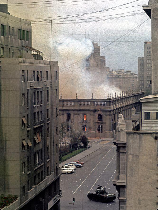 Calle Teatinos, La Moneda incendiándose después del bombardeo. Foto de Horacio Villalobos