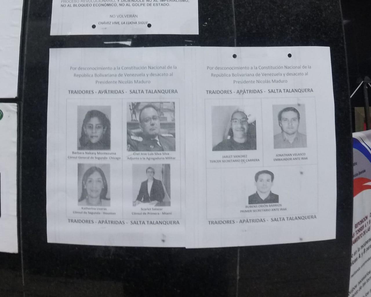 Afiche pegado en una pared de la Cancillería, en el que se califica como traidores a los funcionarios que han reconocido la autoproclamación de Juan Guaidó.