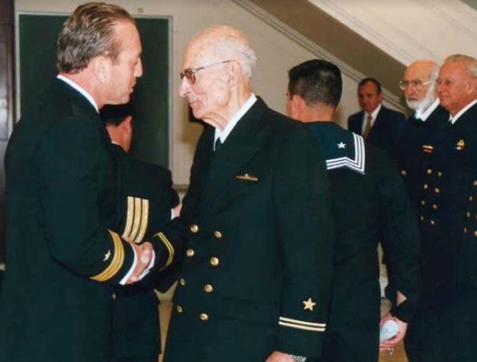 En septiembre del 2002, el recién ascendido teniente segundo RNY Ernesto Ayala es felicitado por el comandante de la Compañía, capitán de fragata Allan Youlton Bascur. (Fuente: Armada).