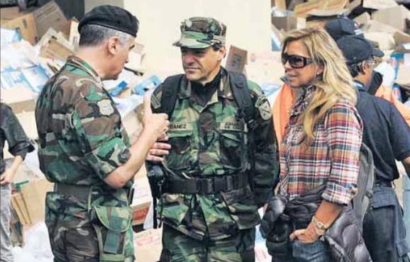 Nicolás Ibáñez junto a su pareja, Ana María Domínguez, tras el terremoto de 2010. (Foto: La Segunda).