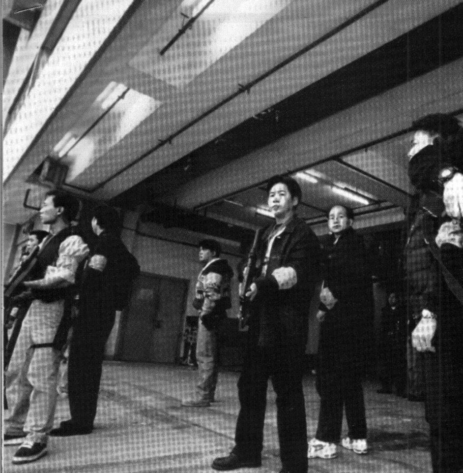Policías protegen los juzgados de Hong Kong.