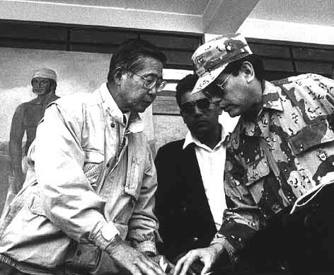 Fujimori y uno de sus asesores militares.