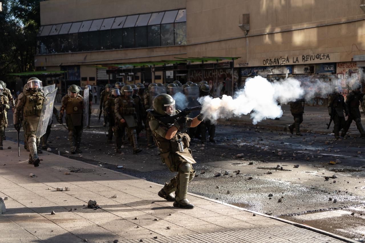 Miembro de Fuerzas Especiales lanzando bomba lacrimógena este viernes en los alrededores de Plaza Italia. Foto: Javier Godoy