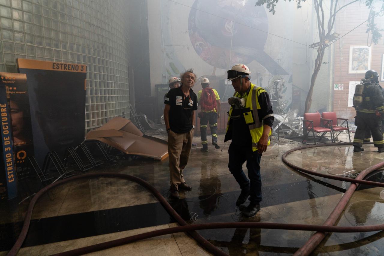 Personal de Bomberos y del Cine Arte Alameda en el centro cultural siniestrado. Foto: Javier Godoy