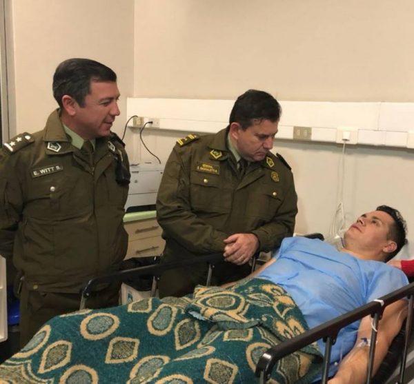 Teniente coronel Claudio Crespo en Hospital de Carabineros luego de recibir una pedrada