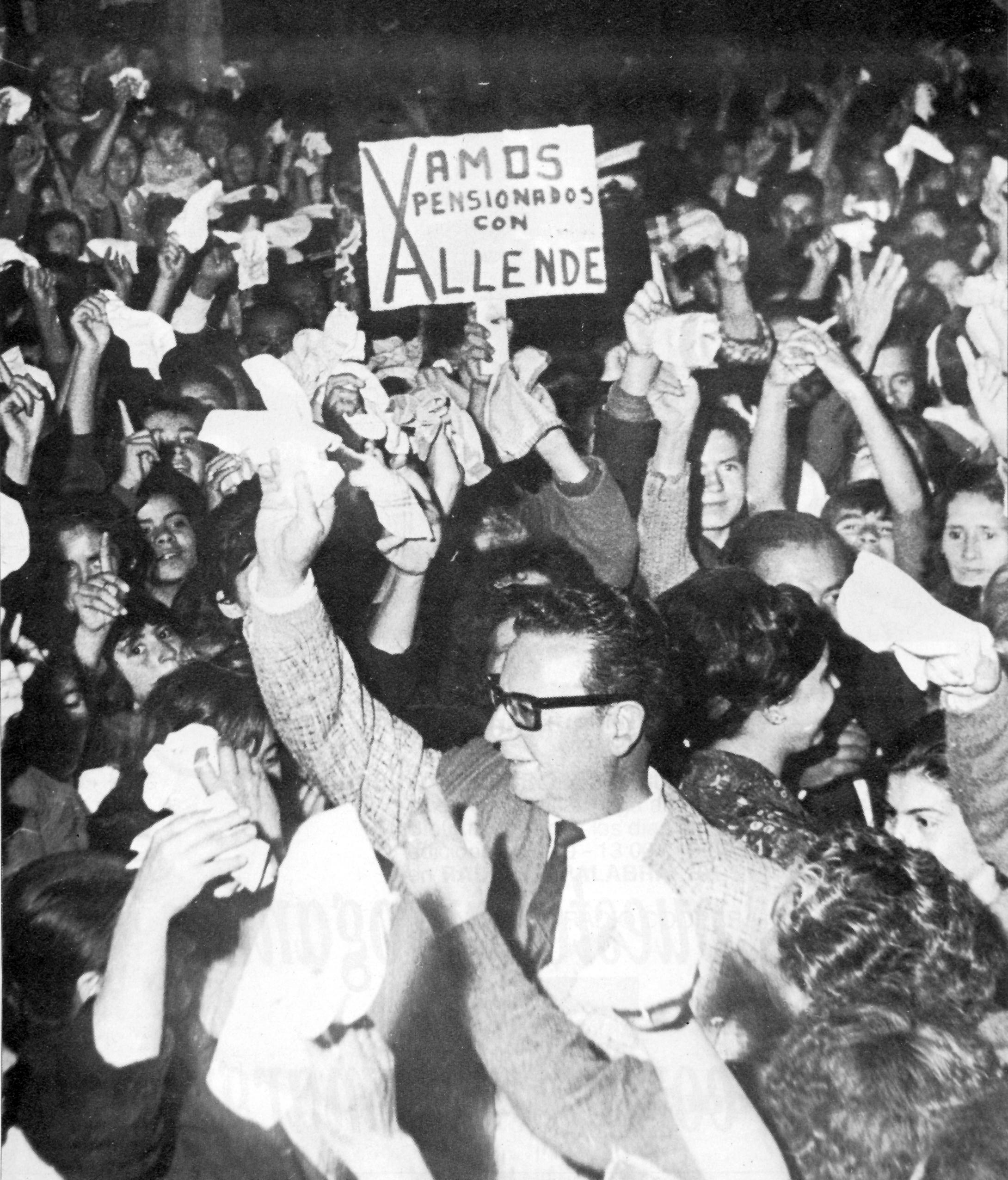 Salvador Allende con los jubilados