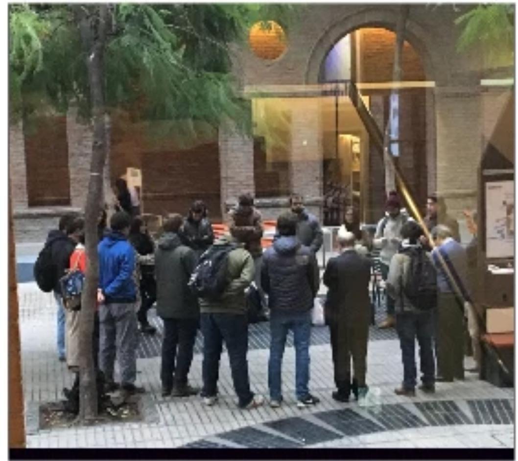 Profesores y estudiantes orando en el patio de Derecho UC.