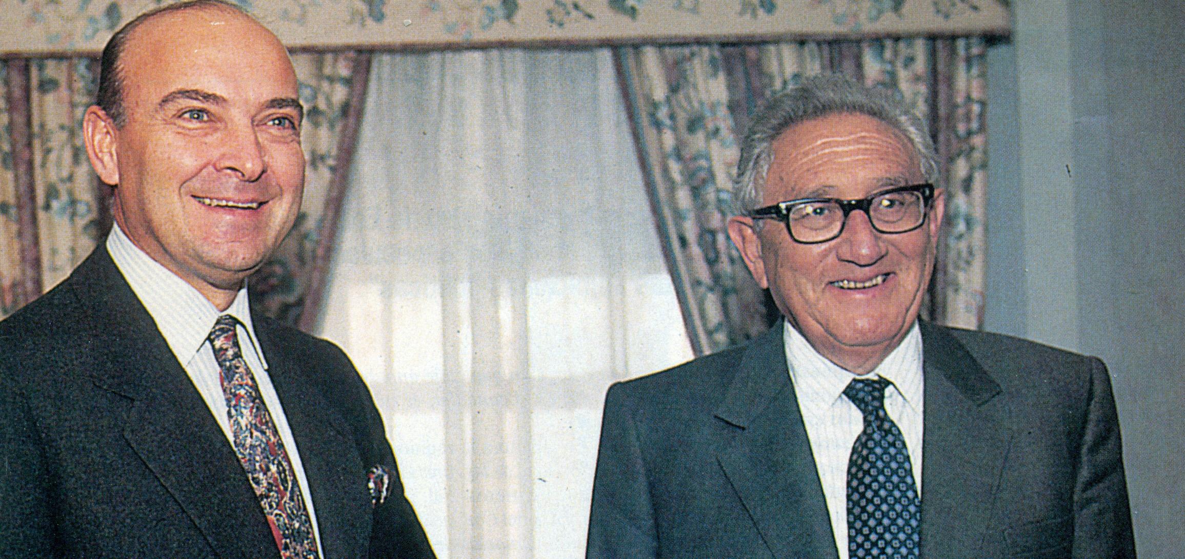 Domingo Cavallo. el ministro de Hacienda de Menem, con Henry Kissinger, feliz con el modelo económico elegido por el gobierno argentino.