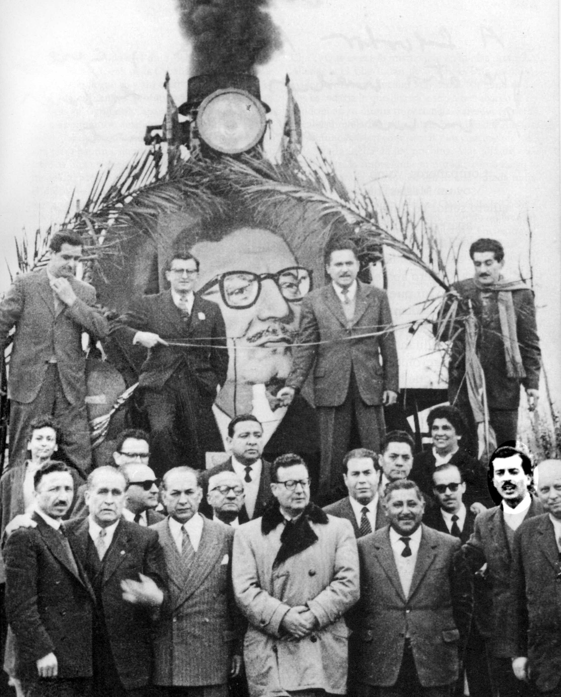 El Negro Jorquera casi siempre estaba cerca de Allende. En la foto con su imagen resaltada durante la campaña presidencial de 1964