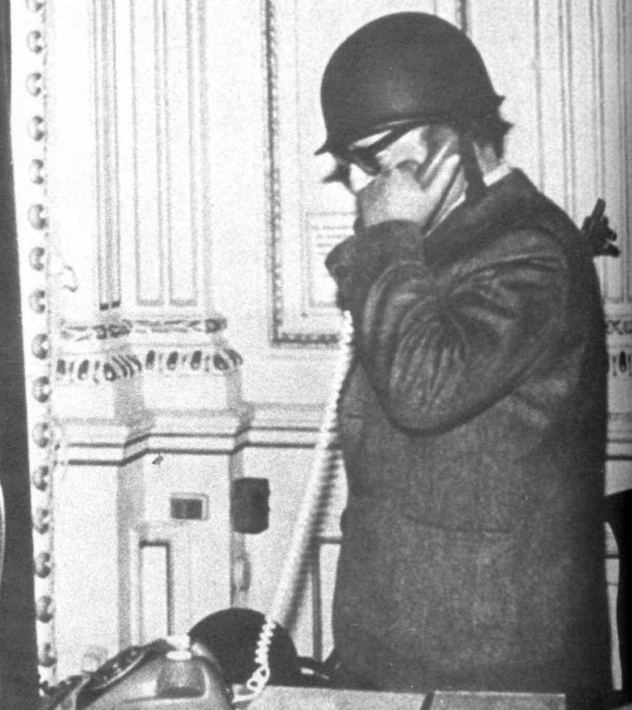 El presidente Allende hace uno de sus últimos llamados telefónicos
