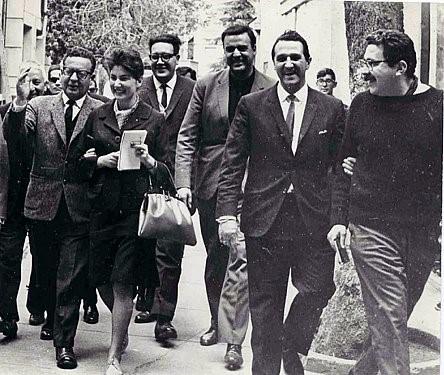 El presidente Allende rodeado por periodista. A la derecha Augusto Olivares