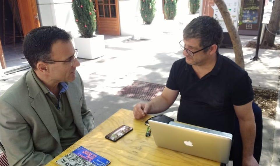 El economista griego Costas Lapavitsas en conversación con el director de INTERFERENCIA Víctor Herrero / Fotografía: Benjamín Saez (Fundación Sol).