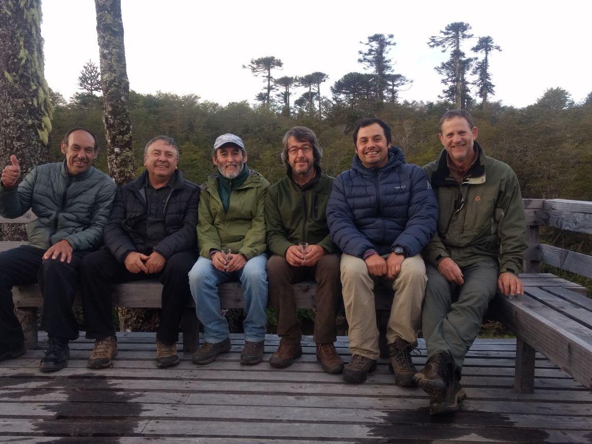 Rubén Carrillo (segundo de izquierda a derecha) junto al equipo de investigadores en Villa Las Araucarias.