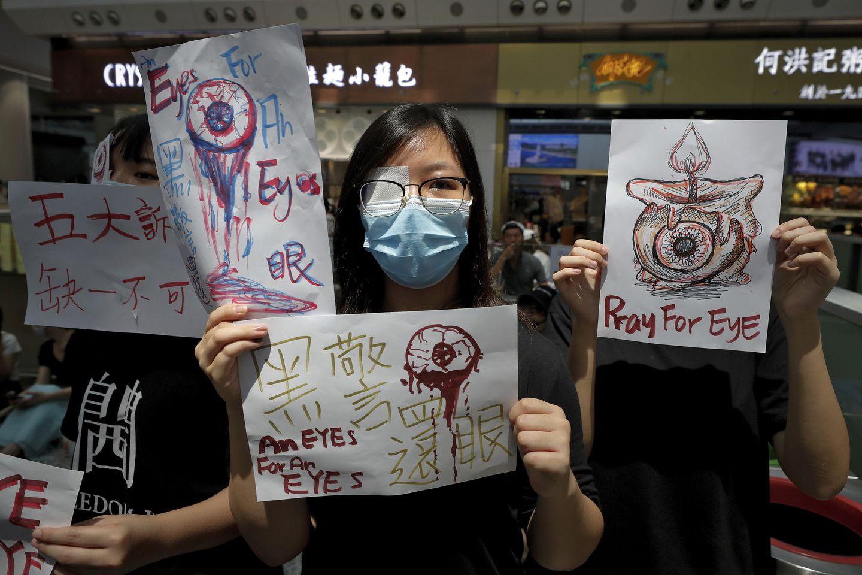 La masiva protesta del 12 de agosto en Hong Kong inspirada en la lesión ocular de la joven enfermera. (Vincent Thian/AP)
