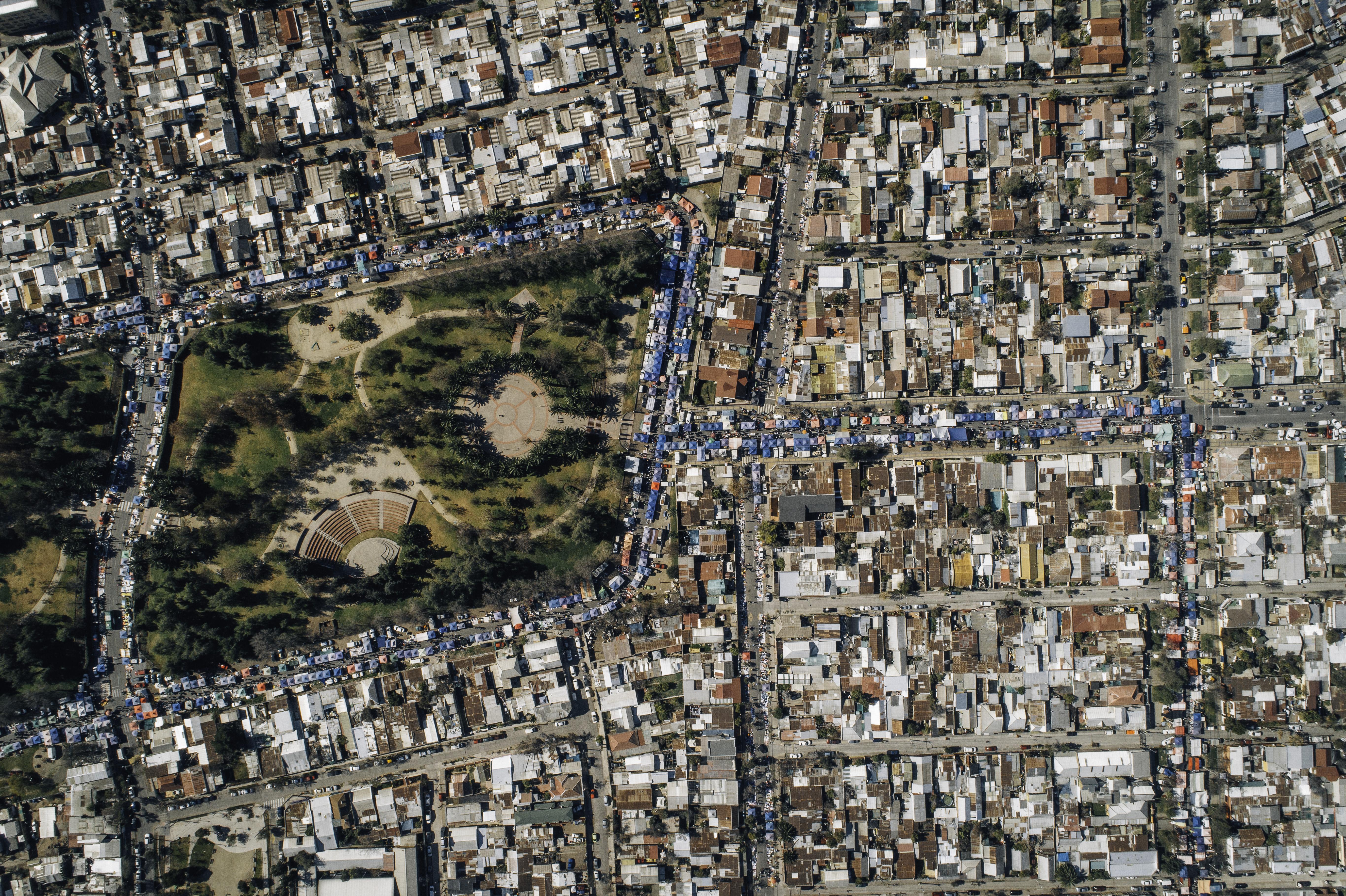Varias cuadras más allá de los contornos del parque se extiende la feria, una de las más grandes de Santiago.