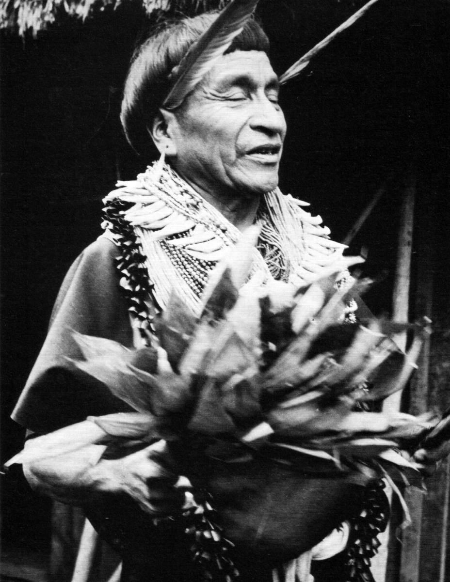 Un chamán de la tribu kamsá de Colombia en el principio de una intoxicación con brugmansia, provocada con fines adivinatorios.