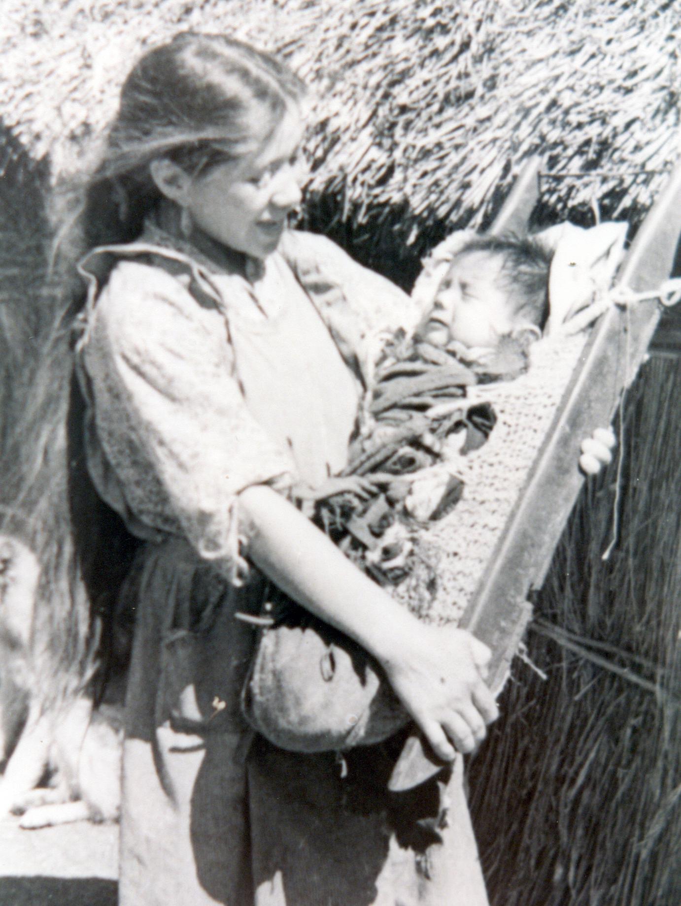 Una joven madre mapuche con su hijo. Archivo de los sacerdotes capuchinos.