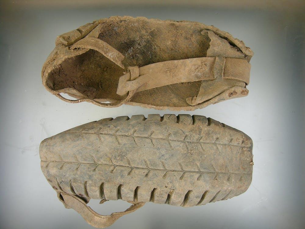 Sandalias de caucho de neumático, muy habituales entre los represaliados republicanos. Fosa de Arándiga 2 (Teruel). Lourdes Herrasti - Sociedad Aranzadi, Author provided.