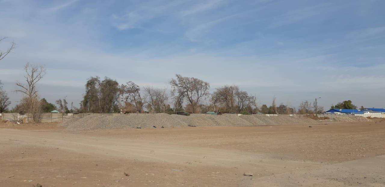 Montones de piedras apilados a la altura de la loza del ex aeropuerto de Cerrillos. No fue posible establecer si llegaron al lugar antes o después del anuncio del gobierno el 15 de marzo. Foto: Nicolás Massai D. / Interferencia