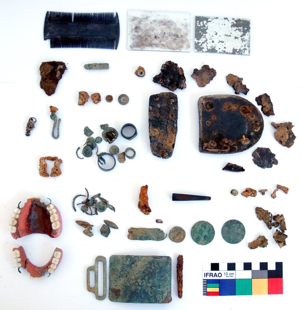 Objetos asociados a un preso del campo de concentración de Castuera (Badajoz), asesinado en el cementerio de la localidad. Entre ellos se encuentran varios anillos realizados en cautiverio usando trozos de monedas. Incipit-CSIC., Author provided.