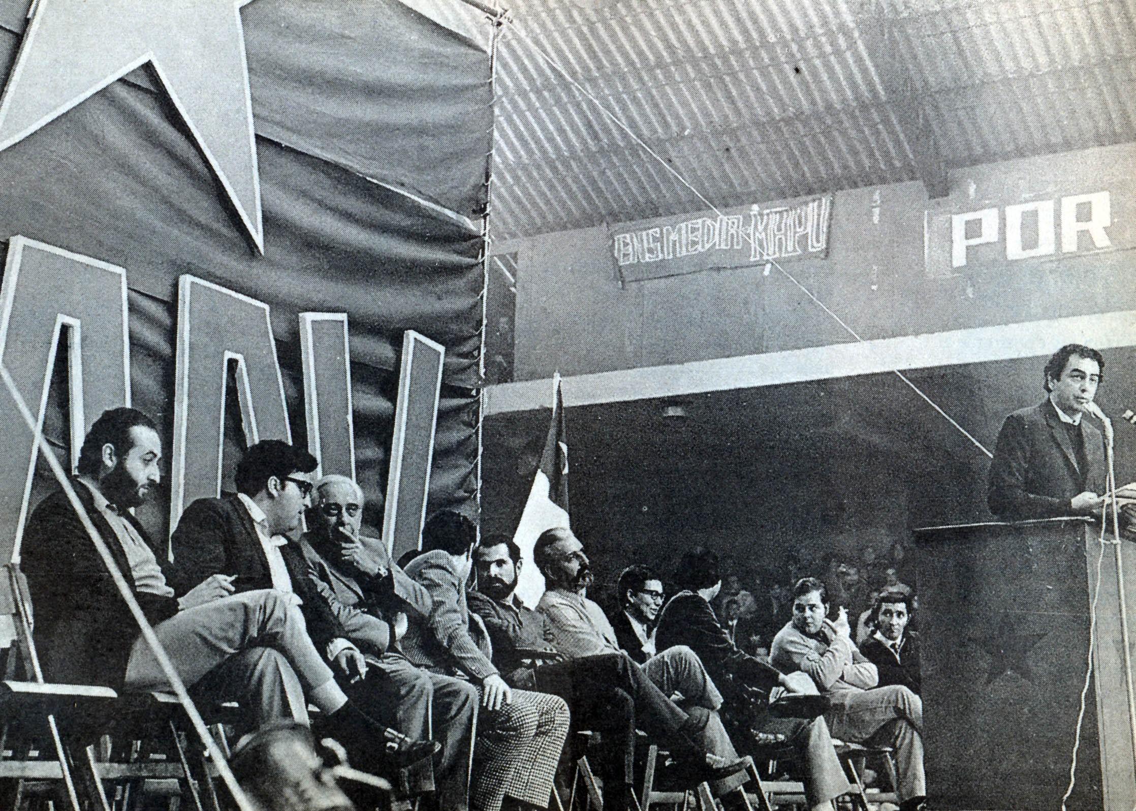 Otro acto del MAPU. Habla Eduardo Rojas. Atrás, sentados, Óscar Guillermo Garretón, Enrique Correa, Rafael Agustín Gumucio, Javier Luis Egaña y Vicente Sota, entre otros.