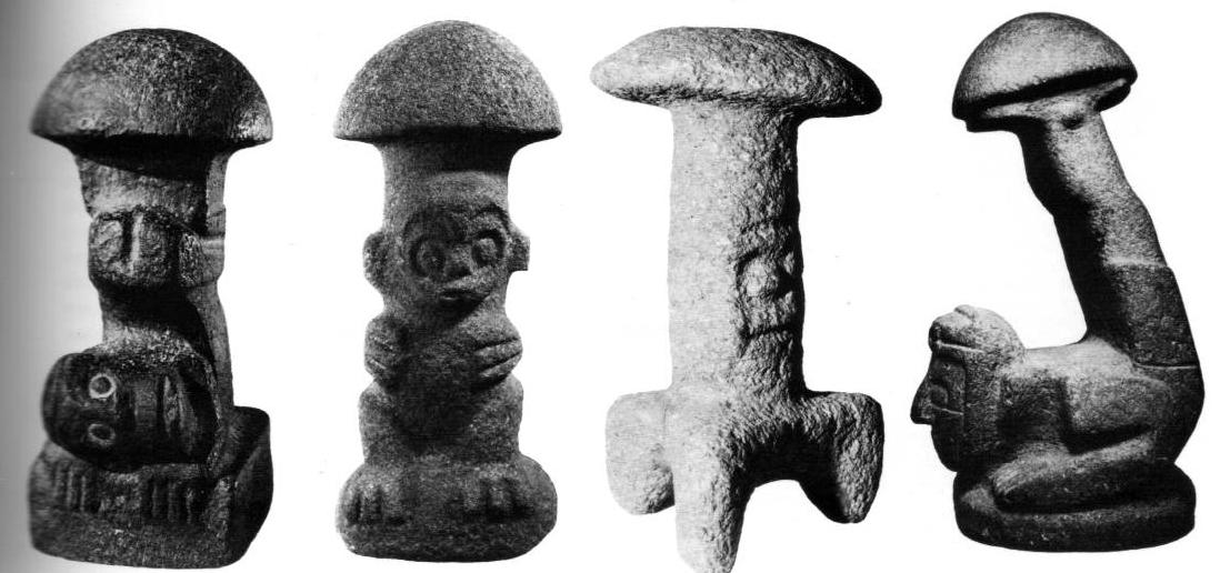 Figuras de piedra con remates de sombrillas de hongos encontradas en la zona maya de Guatemala.