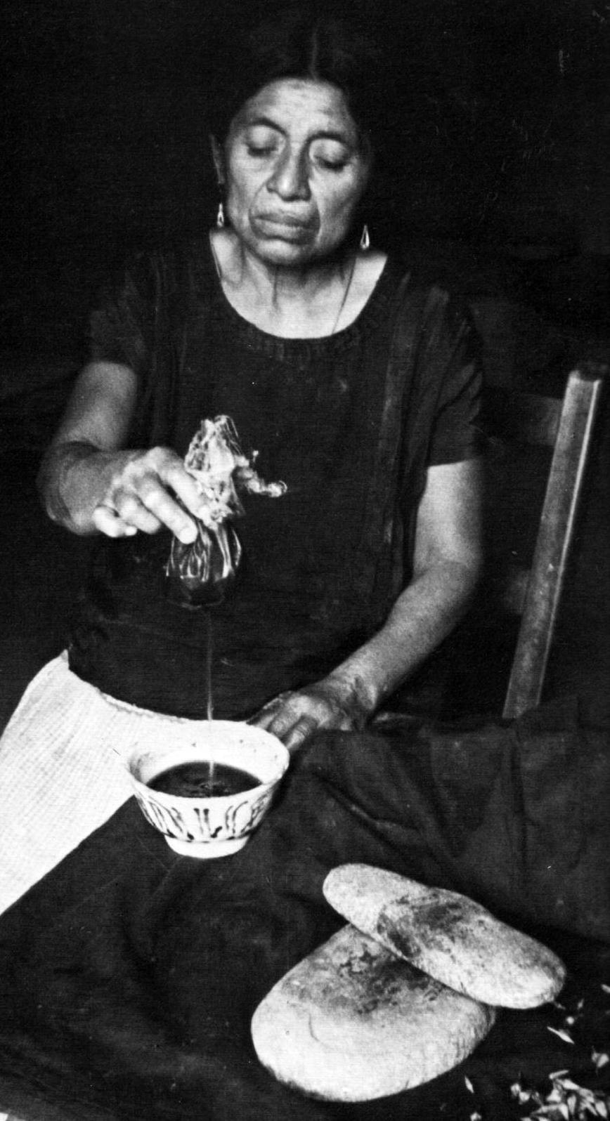 Una chamana zapoteca prepara una infusión con semillas de opimoea violácea, que contienen alcaloides semejantes a los del LSD.
