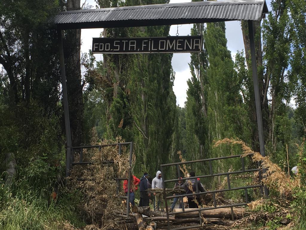 Fundo Santa Filomena, la comunidad impide que ingresen los tractores. Fotografía Paula Huenchumil