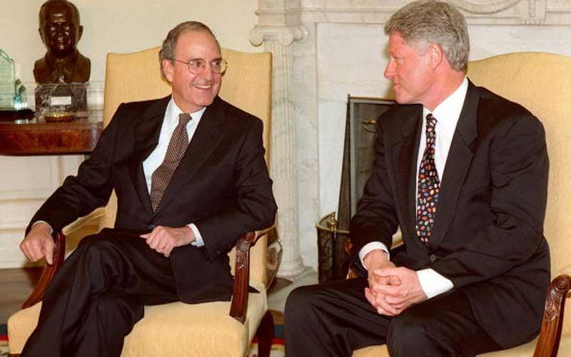 George Mitchell y Bill Clinton en 1998