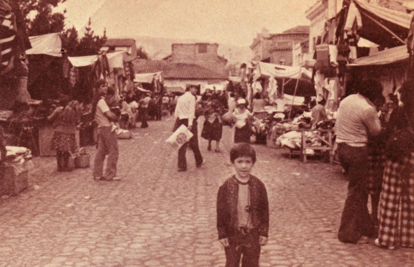 Guzmán, de jockey, comprando en una feria libre.