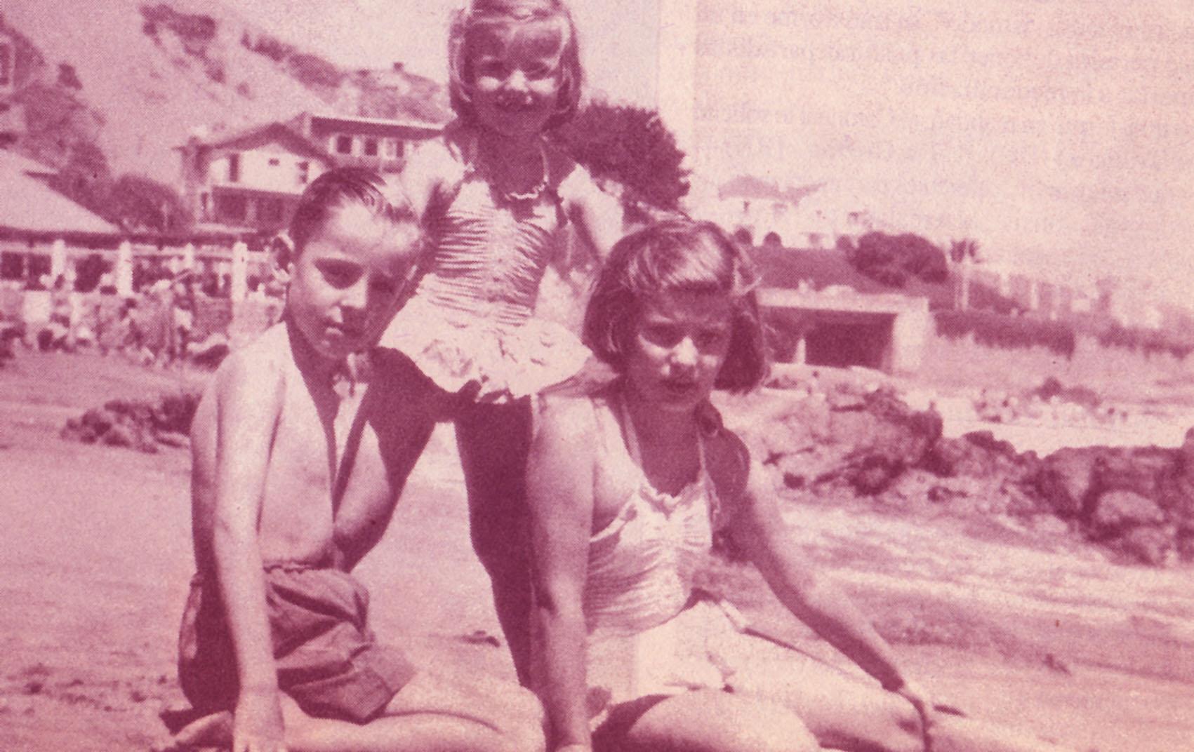 Jaime con sus hermanas Isabel y Rosario.