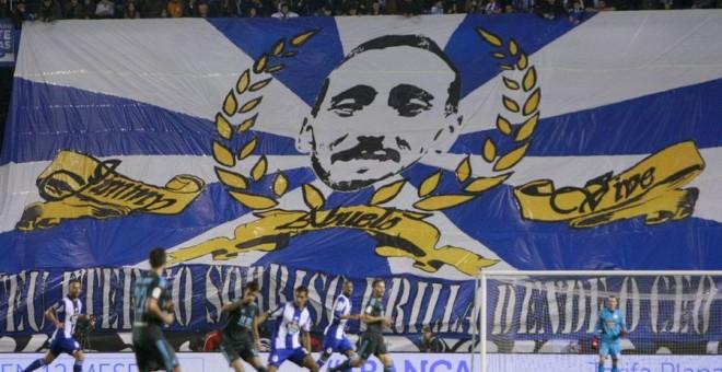 Los hinchas del Deportivo La Coruña despliegan una bandera con el rostro de 'Jimmy', un 'ultra' asesinado en 2014 por el Frente Atlético, el grupo fuerte del Atlético de Madrid.