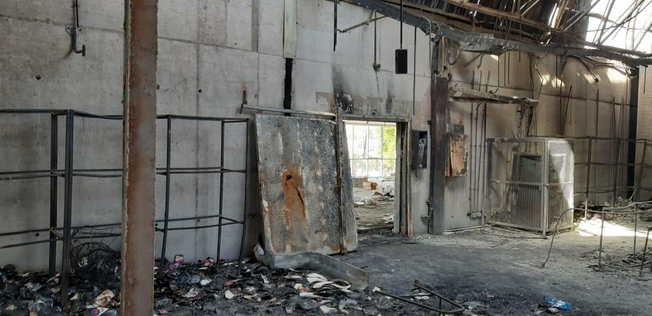 Puerta de acero que impidió el paso del fuego hacia el sector de oficinas de Kayser. El lugar desde donde se tomó esta foto es el lugar donde se encontraron los cadáveres. Foto: Interferencia