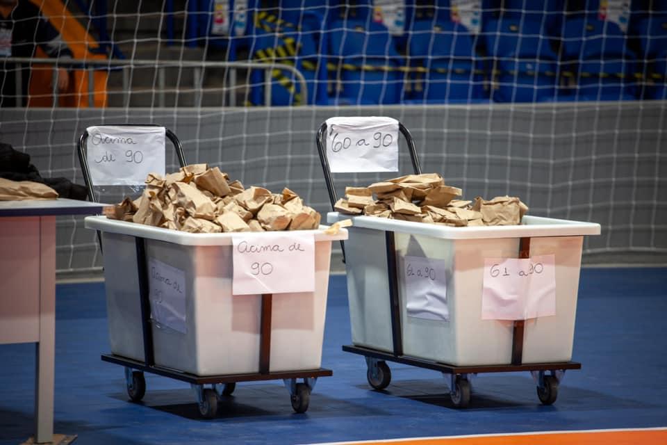 Kits de ivermectina separados según el peso de los pacientes para distribuir en un gimnasio de Paranaguá (Reproducción / Facebook)
