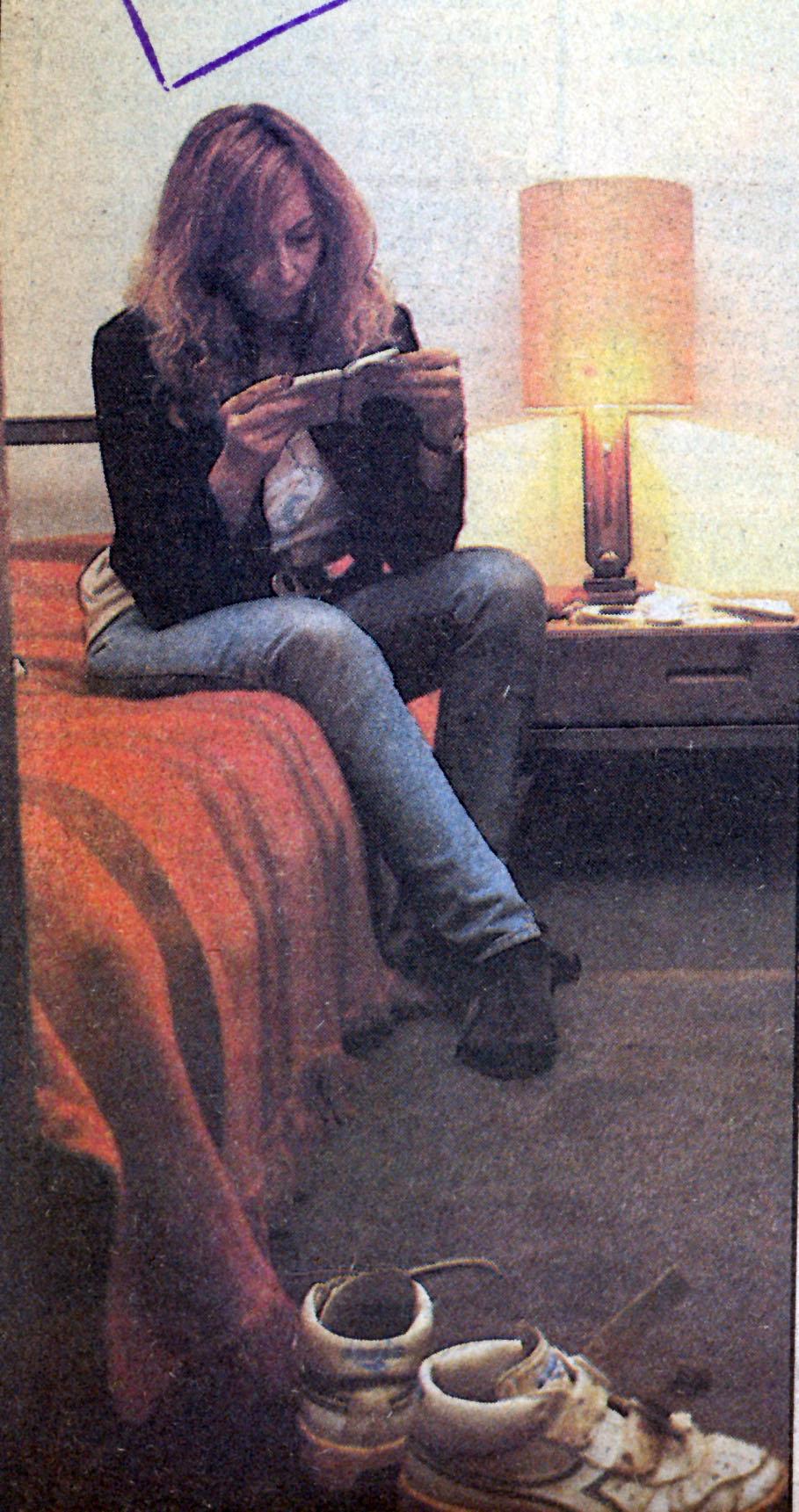 La ex agente en el Hotel Las Acacias en Vitacura. En primer plano las zapatillas de su hija