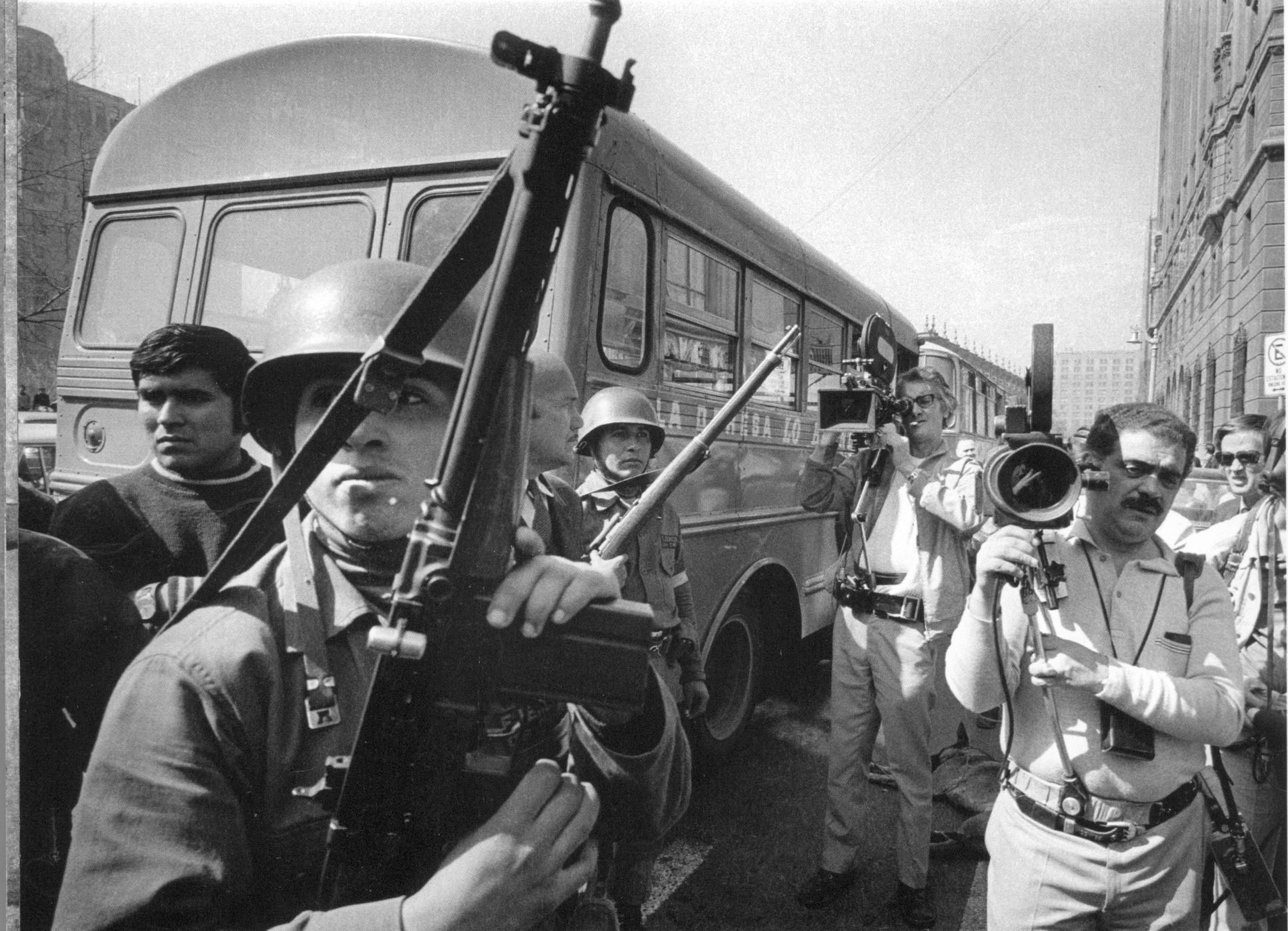 Las tropas abajo del entonces Hotel Carrera. Foto de Koean Wessing